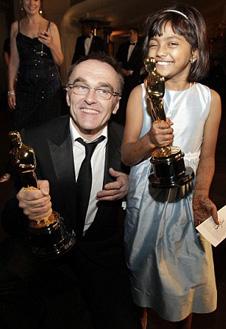 Дэнни Бойл с маленькой актрисой своего фильма