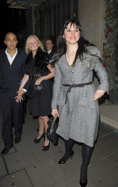 Джейд, Эмма и Мелани Чисхольм на выходе из ресторана
