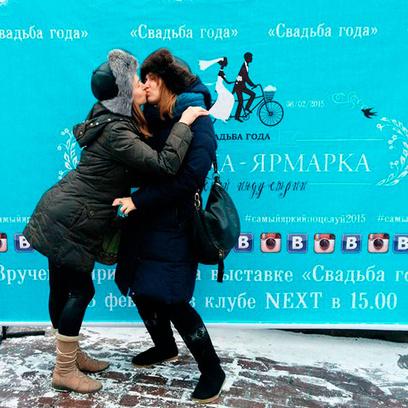 Поцелуй подружек