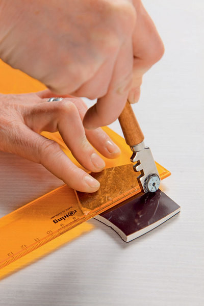 Используя стеклорез и кусачки, керамике придают нужную форму.