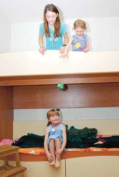 Просторную четырехкомнатную квартиру Глушенковы получили перед рождением младшей дочки Эсфири (наверху справа).