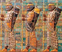 В Пергамоне реконструирована часть Дороги процессий (VI век до н. э.), построенной вавилонянами при Навуходоносоре II. Украшенные барельефами стены Дороги вели от ворот Иштар к храмовому комплексу