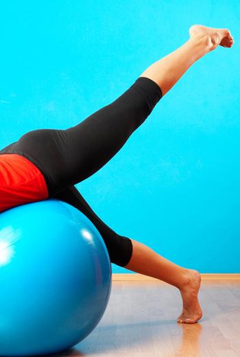 Махи совсем не обязательно делать возле стены. Для упражнения можно приспособить даже гимнастический мяч.
