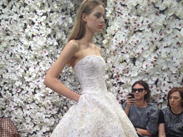 Платье, украшенное цветами, из первой кутюрной коллекции Рафа Симонса для Christian Dior