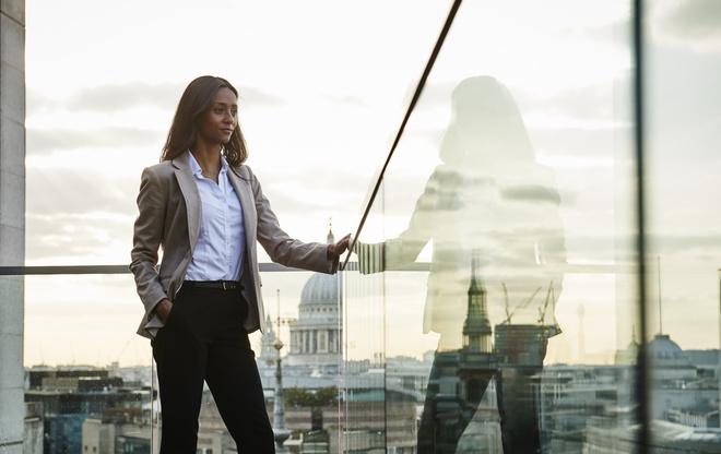 С чем носить классические женские брюки в офис и повседневно