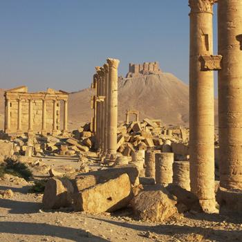 Некогда цветущий город Пальмира - ныне бедная деревушка в Сирии, знаменитая развалинами величественных сооружений.