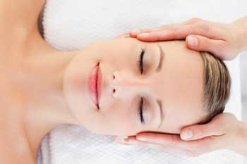 Массаж головы и дыхательные упражнения помогут избавиться от головной боли самостоятельно.