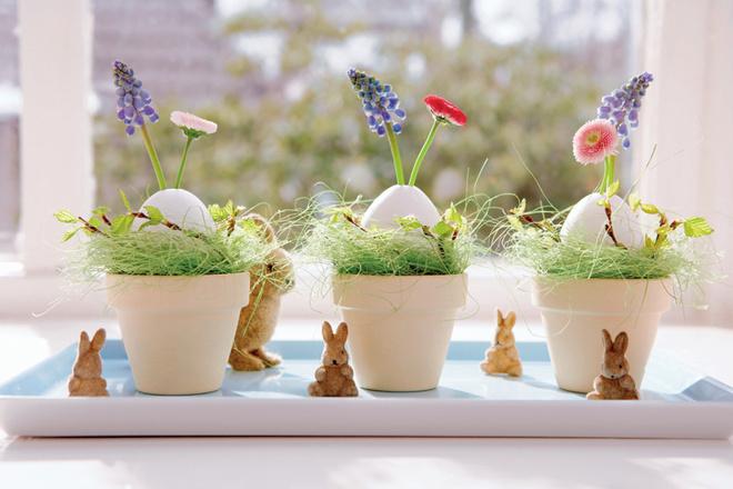 Эта композиция совместила в себе, кроме яиц и кроликов, первые весенние цветы и зеленые ветки деревьев. Не стоит забывать о вербе и багульнике – их можно купить заранее.
