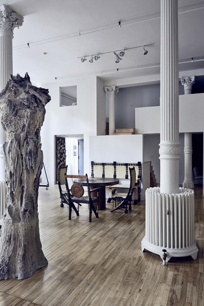 Гостиная. Скульптура Мишель Оки Донер Totem, дерево, воск, 2007 год. Стол, три кресла и скамья из экзотических пород дерева с отделкой из меди и пергамента, дизайн Карло Бугатти, 1900-е годы.