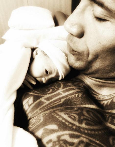 Дуэйн Скала Джонсон опубликовал первое фото новорожденной дочери