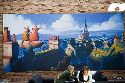 Стены офиса студии украшены огромными рисованными плакатами, на которых изображены сцены из мультфильмов.
