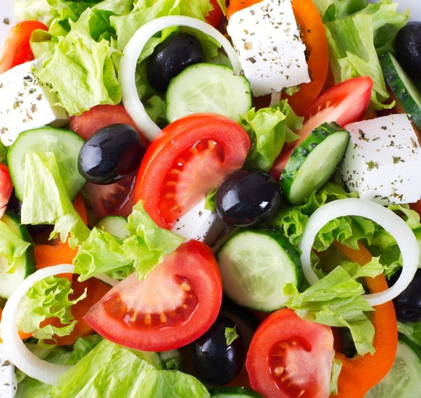 Салат с оливкам и брынзой