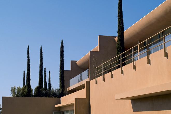 Здание отеля La Reserve Ramatuelle построено в футуристическом стиле.