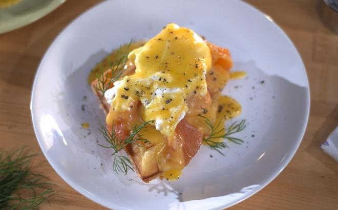 Яйца Бенедикт на домашних вафлях