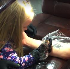 4-летняя девочка сделала папе настоящую татуировку
