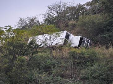 Школьный автобус упал в реку