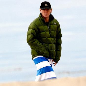 После купания актер спешно надел зимнюю куртку