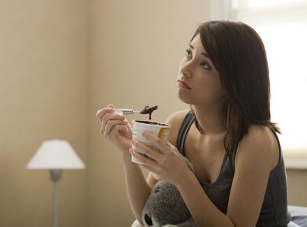 Грустная женщина с едой