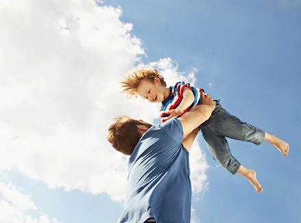Папа держит на руках сына