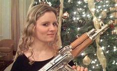 Дочь главы MI-6 засветилась с автоматом Саддама Хусейна