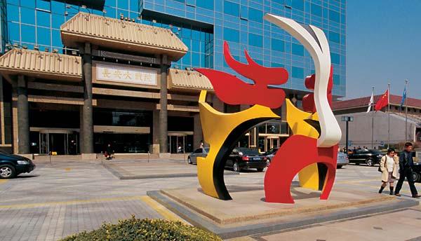 Гранд-театр Чанъань на центральном пекинском проспекте Вечного мира легко узнать по маске перед входом — представления Пекинской оперы здесь дают каждый день. И каждый день аншлаг