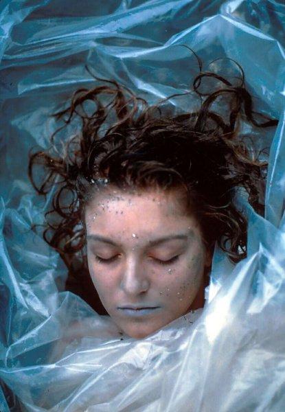 Сериал начинается с того, как рыбак находит на пляже тело Лоры, завернутое в полиэтилен.