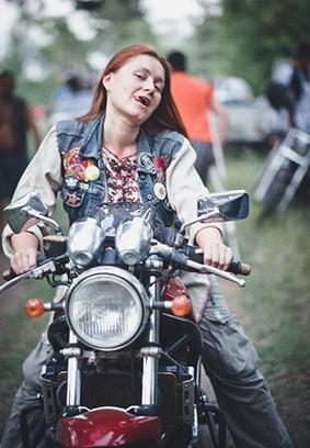 Красивые девушки фото, девушка на мотоцикле