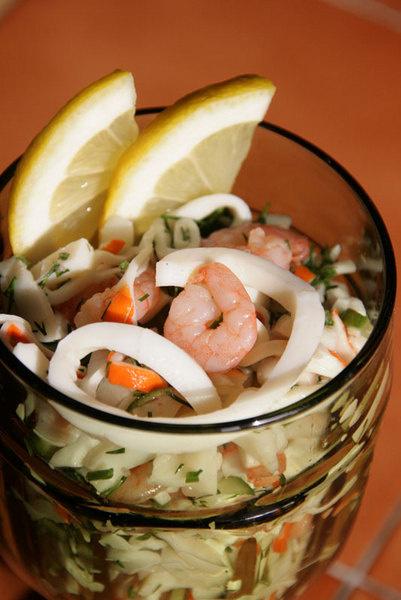 Салат «Морской коктейль» с кальмарами, креветками и мясом краба.