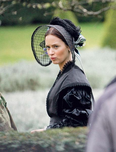 Эмили Блант в роли королевы.