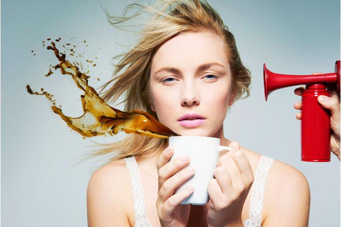 Женщина с чашкой кофе в руках