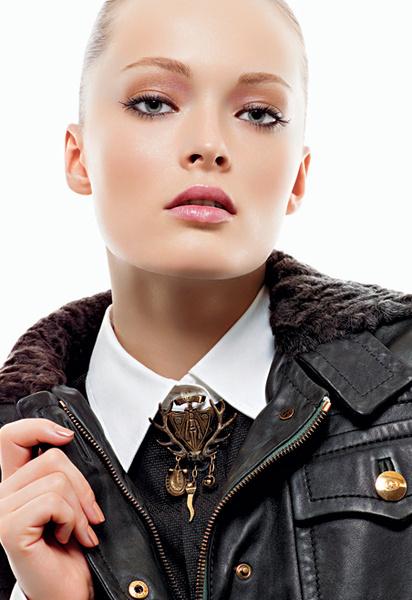 Геральдика: позолоченная брошь в виде герба; кожаная куртка в стиле винтаж с воротником и манжетами, отделанными каракулем; сорочка из хлопка, все – Gucci.
