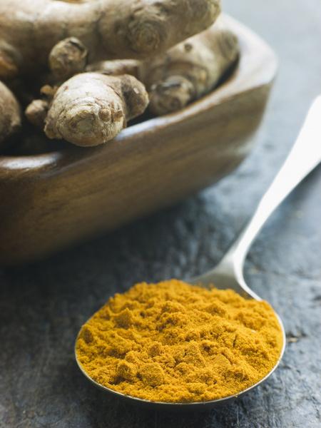 Молотая куркума обладает слабым имбирным запахом и слегка жгучим горьковатым вкусом.