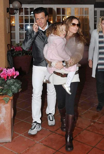 Джери и Фабрицио Полити выходят из ресторана «Capannina» в Италии (18 января 2009 года)