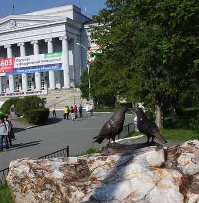 памятник влюбленным студентам