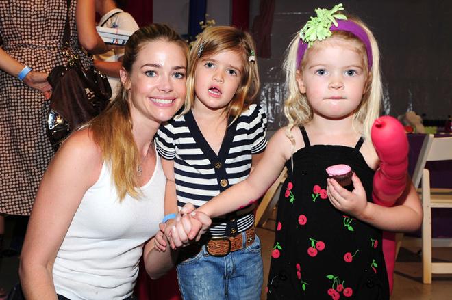 Дениз со своими дочерьми Лолой и Сэм