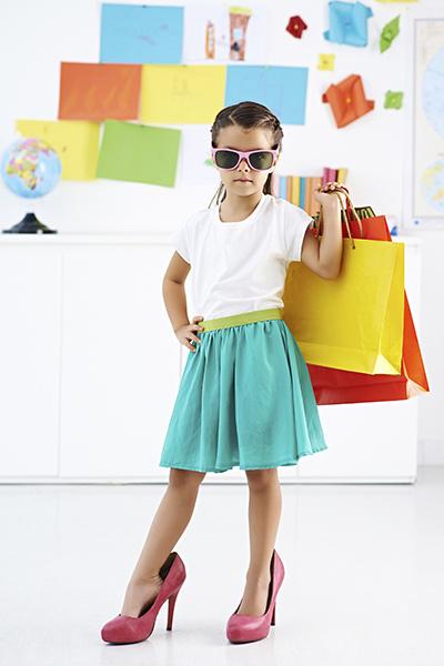 Девочка в большой одежде