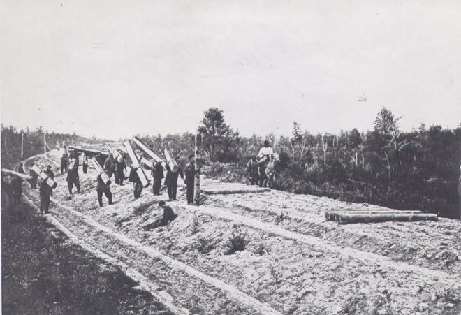 Раскладка шпал на строительстве железной дороги.