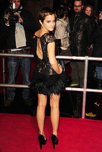 Некоторые фотографы заметили, что стилисты прикрепили платье к спине Уотсон скотчем, чтобы оно случайно не слетело с актрисы прямо на красной ковровой дорожке.