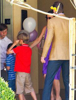 Семья Бекхэмов отправляется на праздник Виктории.