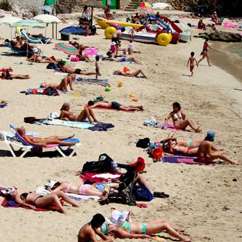 Пляжи Майорки полны туристок, принимающих солнечные ванны топлес, то есть без верхней части купальника.