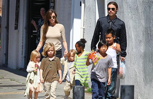 Анджелина Джоли (Angelina Jolie) и Брэд Питт (Brad Pitt) с детьми