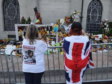 Поклонники в день годовщины смерти Майкла Джексона