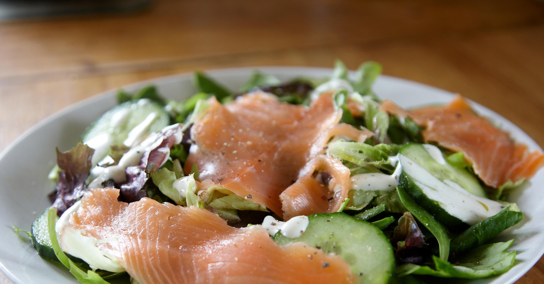 Салаты из копченого лосося рецепты с