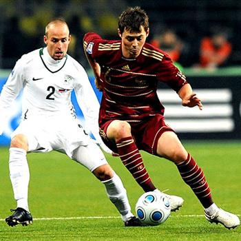 Динияр Билялетдинов (справа) в первом матче со Словенией забил два мяча, но этого оказалось мало...