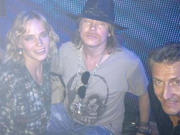 Наталья Ионова провела вечер в компании музыкантов рок-группы Guns N' Roses.