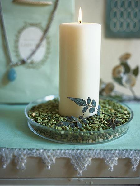 Чечевичная похлебка вряд ли украсит новогодний стол, а вот свеча в стеклянной плошке, заполненной крашеной чечевицей или горохом, — другое дело! Зеленую тему поддержат засушенные веточки из гербария.