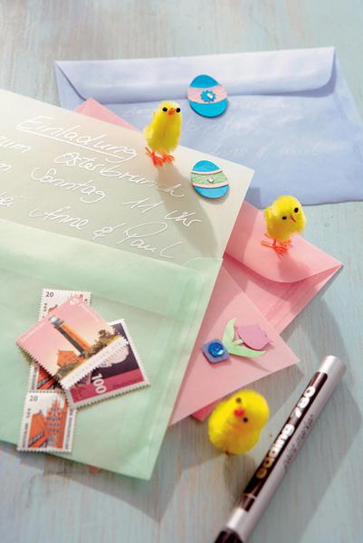 Друзьям и родным приятно будет получить традиционные бумажные открытки, а не поздравления по электронной почте или СМС. Письма и конверты можно оформить самим, используя пасхальную символику – стилизованных зайцев, цыплят и весенние цветы.