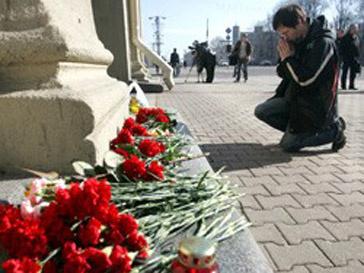 Люди приносят цветы к зданию минского метро, в котором 11 апреля прогремел взрыв