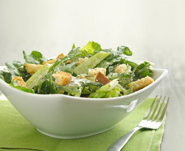 Салат с заправкой цезарь