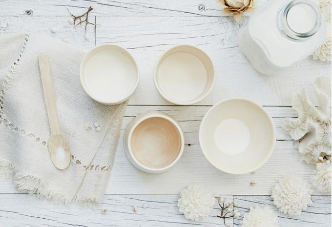 Керамическая посуда на деревянном столе